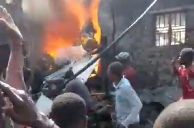 Samolot pasażerski runął na miasto. Jest wiele ofiar śmiertelnych