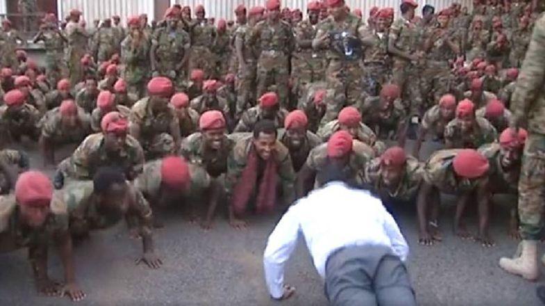 Rozwścieczeni żołnierze wtargnęli do gabinetu premiera. Po mistrzowsku rozładował sytuację
