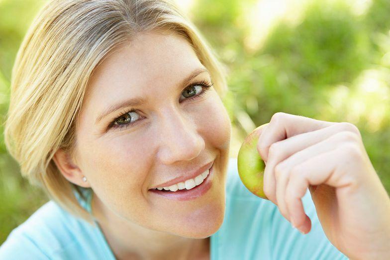 Kobieta nie umyła owocu przed jedzeniem. Zapadła na rzadką chorobę.