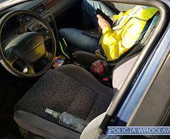 Wrocław. Auto zatrzymane przez policję. Obok kierownicy butelka wódki