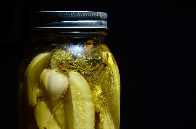 Ogórki kiszone – 1181 mg sodu (średnia sztuka)