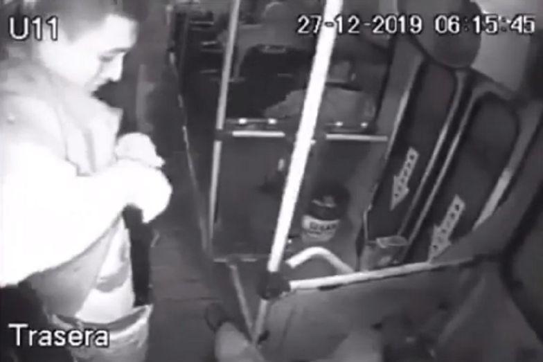 Mężczyzna próbował okraść pasażerów autobusu. Przypadkiem się postrzelił