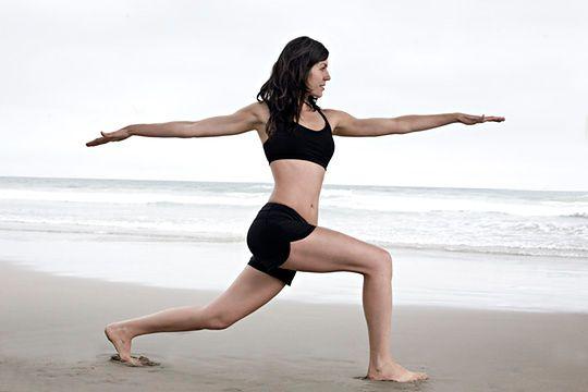 Kobieta ćwicząca na brzegu morza