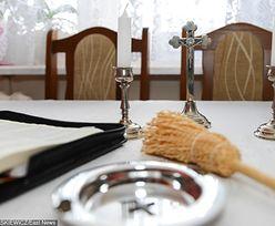 Ksiądz na mszy informuje, kto ile dał po kolędzie. Wyczytuje nazwiska i kwoty