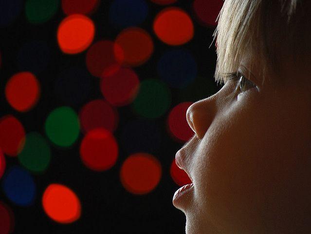 Dziecko i kolorowe światełka