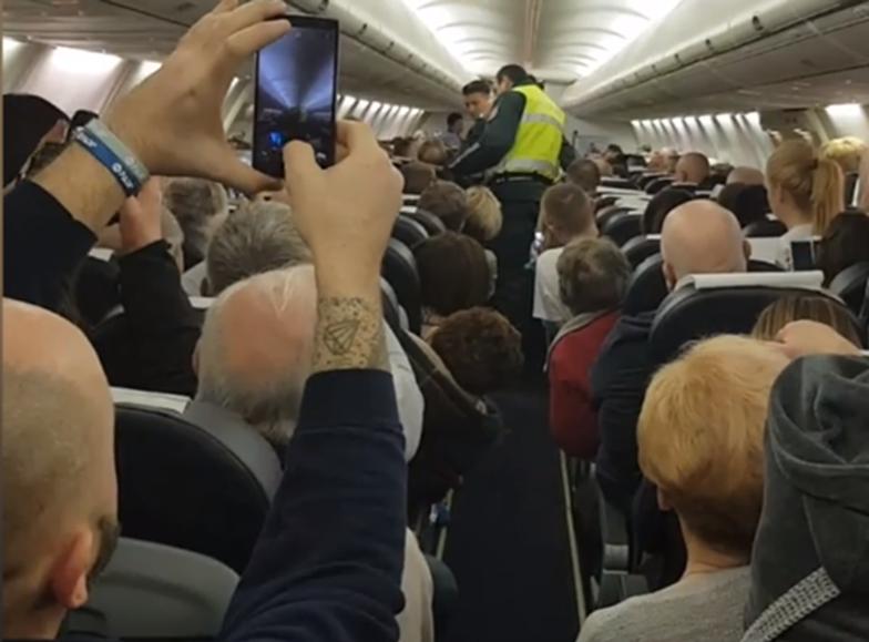 Awaryjne lądowanie samolotu z Wrocławia. Pasażer rzucił się na stewardessę