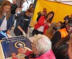 W Wadowicach rozdawali darmowy tort. Ludzie się rzucili, wezwano ochronę