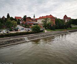 Toruń. Auto płynęło Wisłą bez kierowcy. Samochód wyciągnęli strażacy
