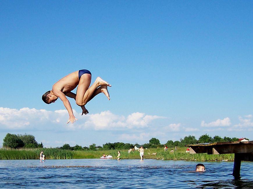 Bezpieczna kąpiel w morzu - skoki do wody