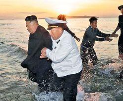 Korea Północna. Kim Dzong Un upolowany przez kamerę. Takich zdjęć nigdy nie było