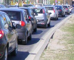 Polacy wyjeżdżają na weekend. Korek na S3 jest już rozładowany. Sytuacji na drogach nie ułatwiają jednak kibole