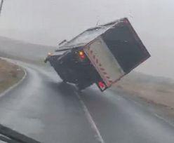 Przerażające nagranie z Irlandii. Sztorm Jorge przewrócił ciężarówkę
