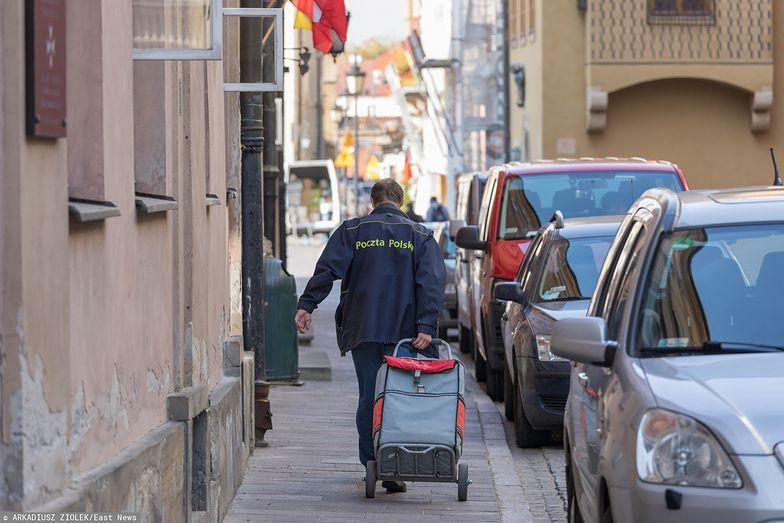 Napad na listonosza pod Warszawą. Sprawcy ukradli pieniądze na renty i emerytury