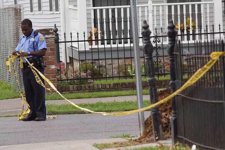 Policjant zabezpiecza miejsce zbrodni