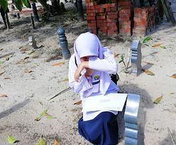 12-latka przyniosła świadectwo na grób matki. Nie mogła powstrzymać łez
