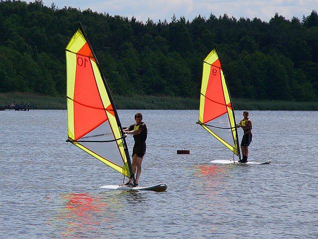 Windsurfing na jeziorze