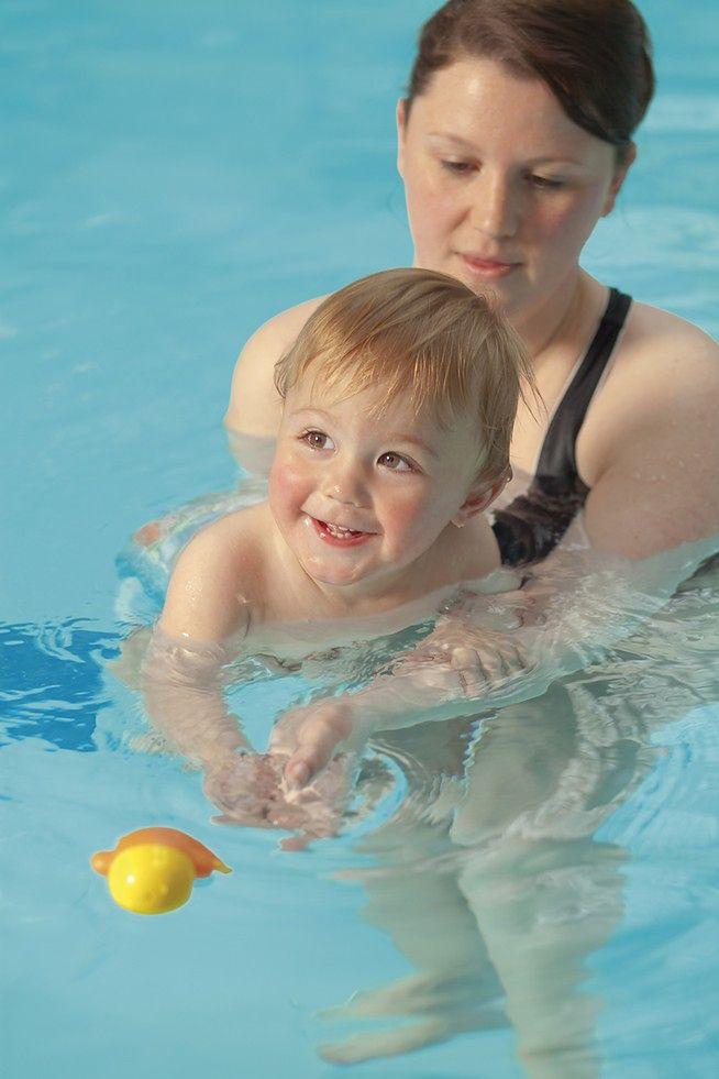 Niemowlę z mamą na basenie