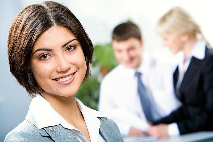 Kobieta po rozmowie kwalifikacyjnej