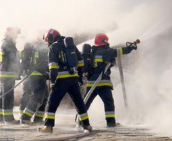 Lwówek. Pożar domu w centrum miasta. Strażacy walczą o ocalenie sąsiednich budynków