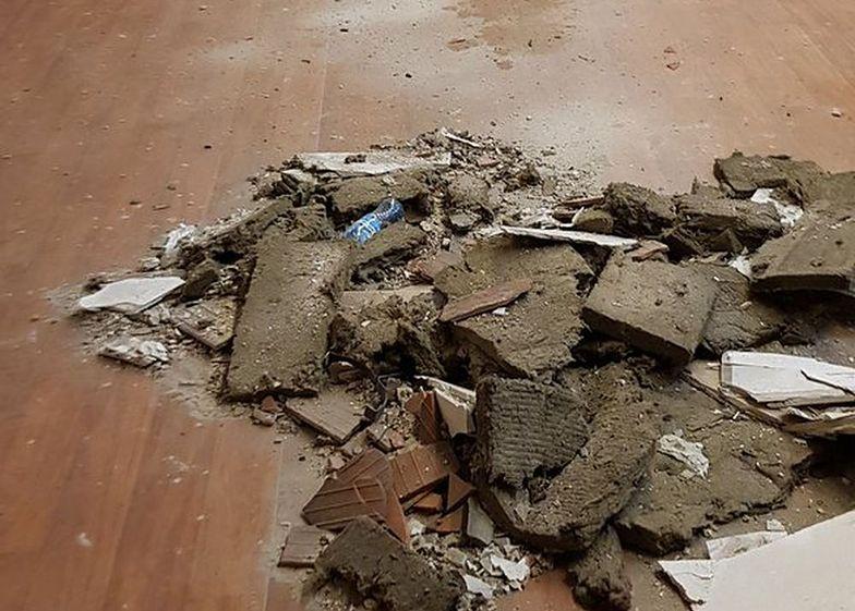 Poznań: uczniom w klasie spadł na głowę sufit. Wezwali karetkę