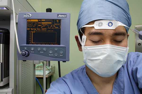 Przyrząd kontrolujący świadomość pacjenta w znieczuleniu ogólnym