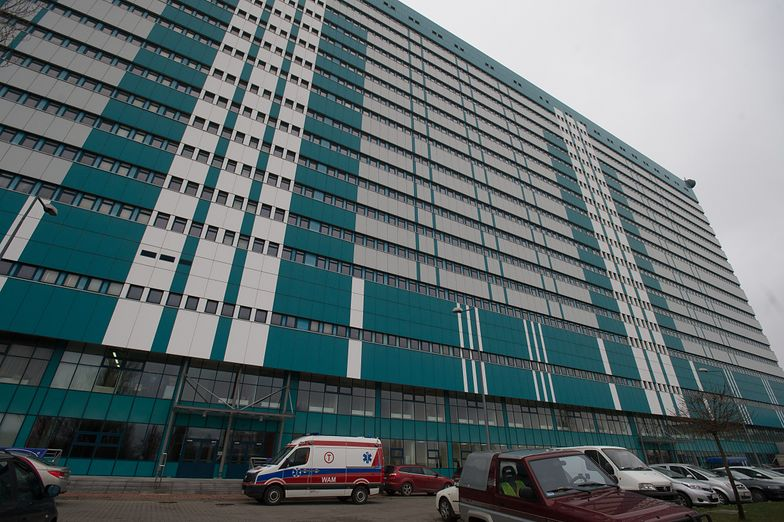 Łódź. 34-latek zmarł na chodniku przed szpitalem. Chwilę wcześniej zrobiono mu badania