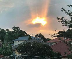"""Zachód słońca uformował kontury Australii. """"Przebłysk nadziei"""""""