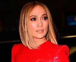Jennifer Lopez w krótkich włosach i czerwieni. Wygląda zjawisko