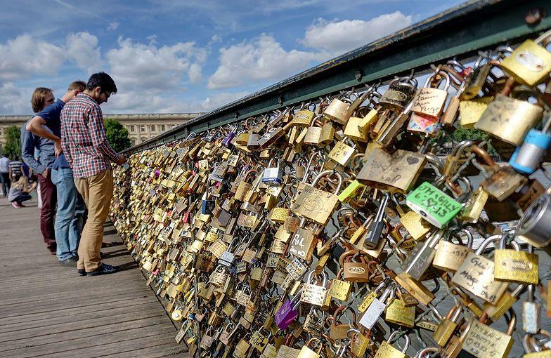 Paryż chce się pozbyć kłódek miłości. Ma dobry powód