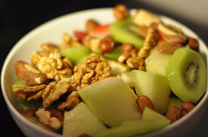 Zdrowa sałatka owocowa z orzechami