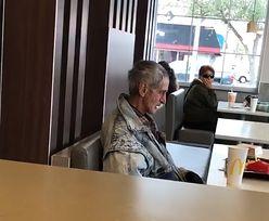Zaprosił bezdomnego do McDonald'sa. Kierownik wyrzucił go