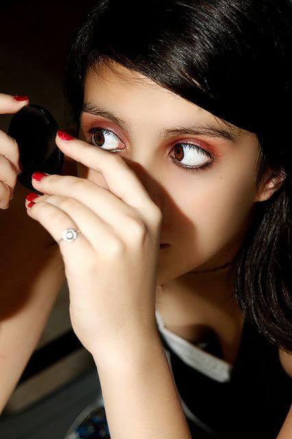 Sprawdzanie makijażu w lusterku