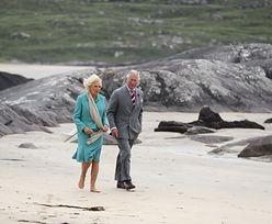 Camilla Parker Bowles zdjęła buty na plaży. Książę Karol się nie odważył