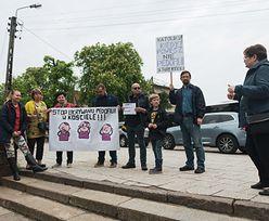 Gdańsk. Protest przeciwko ukrywaniu pedofilii przed katedrą w Gdańsku-Oliwie. Ksiądz wyrwał transparent