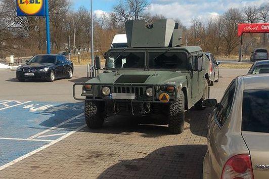Wielki wóz wojskowy na parkingu pod dyskontem to nie jest codzienny widok.