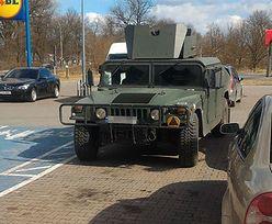 Nawet żołnierze jeżdżą na zakupy. Wojskowym Humvee zaparkowany pod dyskontem