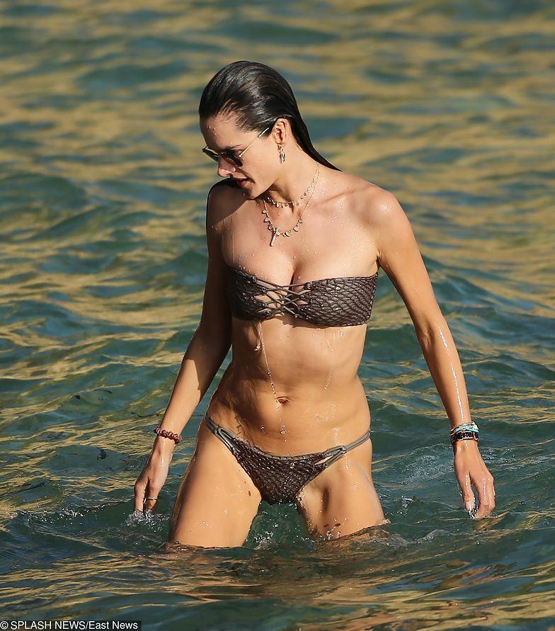 Alessandra Ambrosio w skąpym bikini. Wygląda naprawdę seksowanie