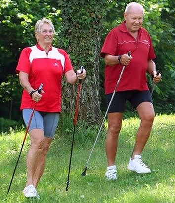 Osoby uprawiające nordic walking - seniorzy