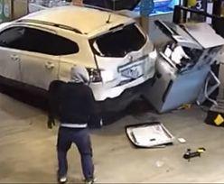 Zniszczyli auto. Bankomat zwyciężył. Film rozkłada na łopatki
