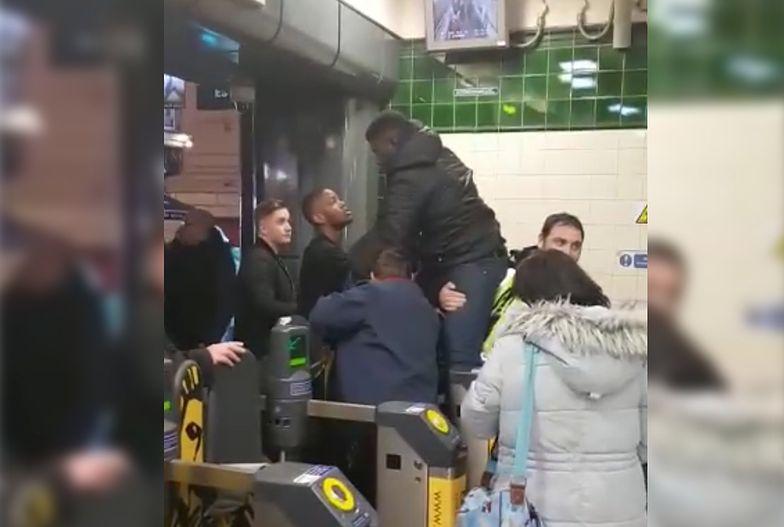Londyn. Nie chciał płacić za metro. Utknął z przyrodzeniem w kleszczach bramki