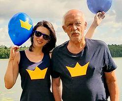 """Janusz Korwin-Mikke bryluje na wakacjach. Było morze, potem Mazury i surfowanie. """"Król jest jeden"""""""