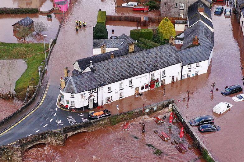 Huragan Dennis spowodował nagłą powódź w walijskiej wiosce Crickhowell.