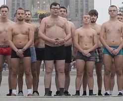 Półnagi Stonoga z grupą rozebranych facetów: Śmieją się z nas!