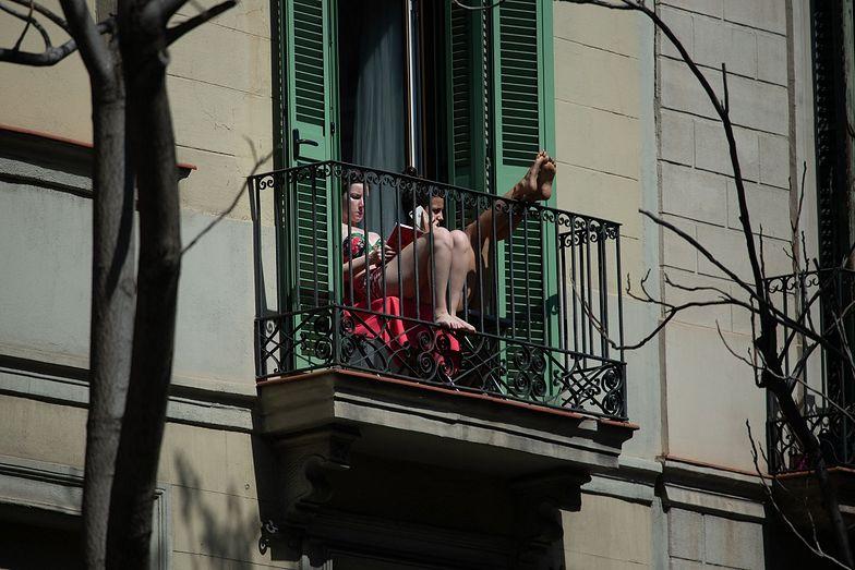 Co można robić podczas kwarantanny? Głośne puszczanie muzyki i palenie papierosów na balkonie nie jest wskazane...