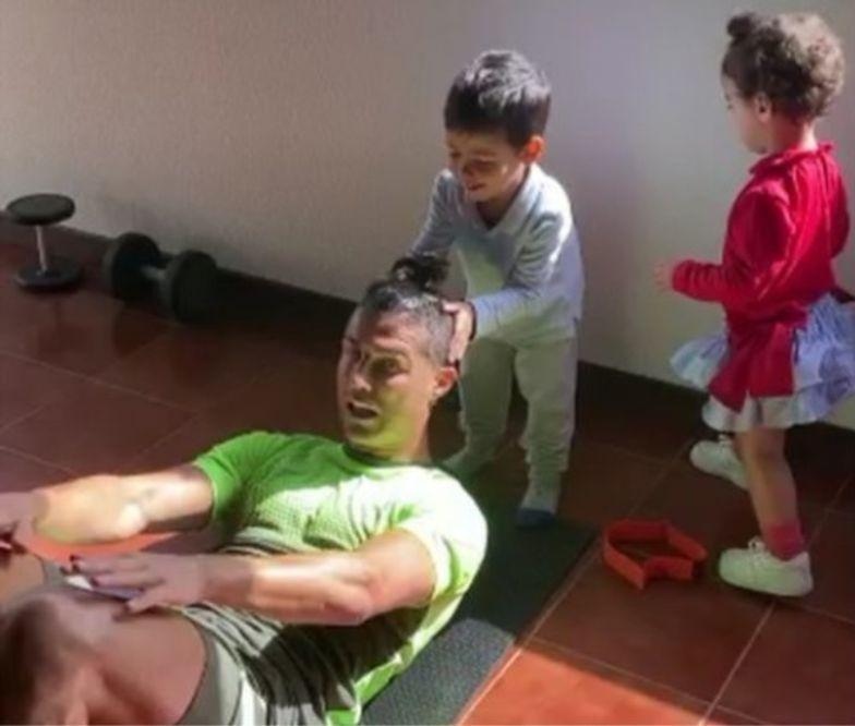 Cristiano Ronaldo trenował z dziećmi w Wielkanoc.
