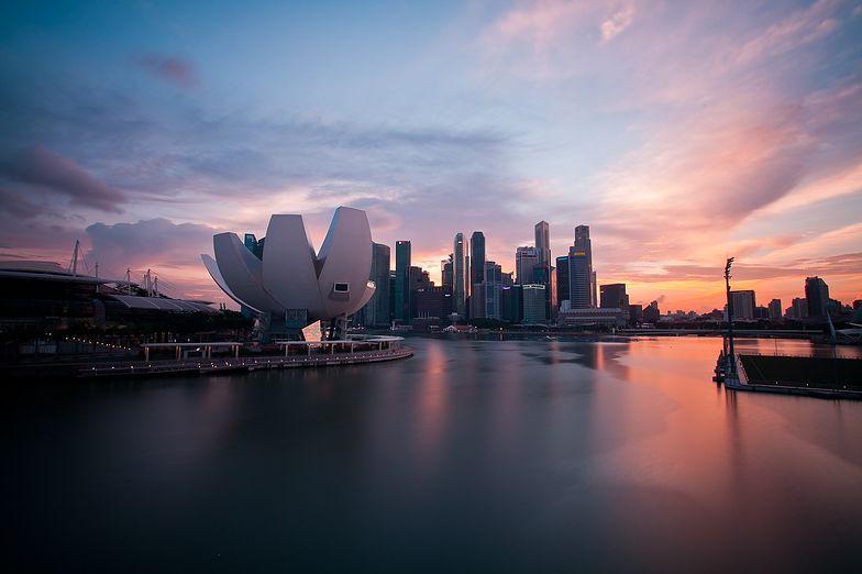 Zachód słońca nad Singapurem, wieżowce, rzeka