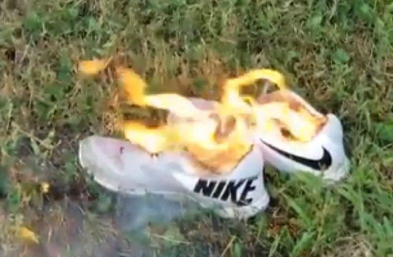 Ludzie ostentacyjnie palą buty Nike