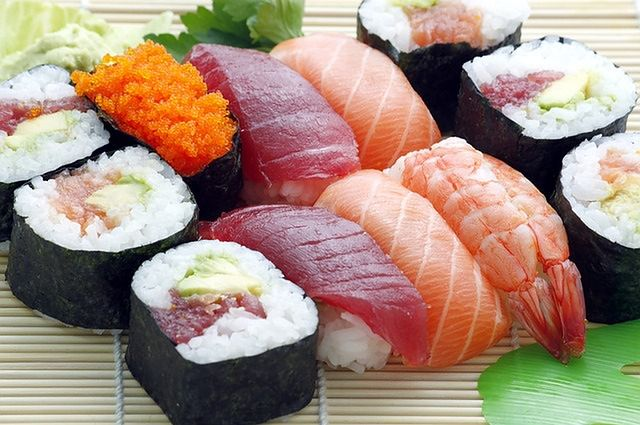 Sushi to jedno z najpopularniejszych dań wśród zdrowo odżywiających się osób, jednak należy zachować ostrożność