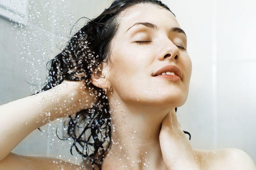 Myj włosy przy użyciu letniej wody
