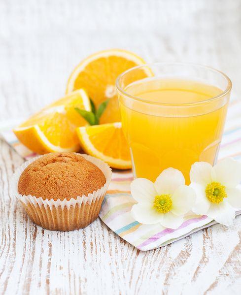Muffin i sok pomarańczowy